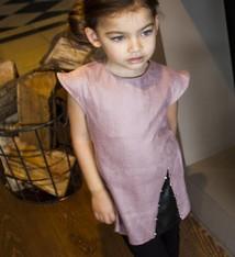 Soekartien -hand made  Roze suède jurkje met zwart leren inzet