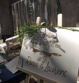 Houten welkomstbord met gegraveerde letters
