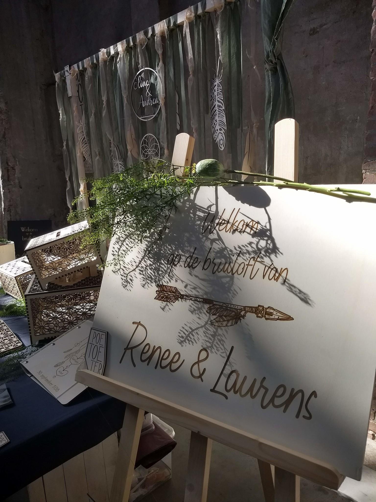 Houten welkomstbord met gegraveerde letters op maat gemaakt