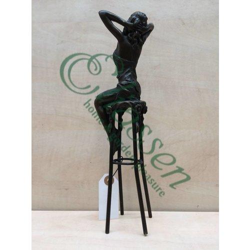 Beeld brons Meisje op stoel
