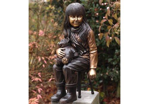 Beeld brons meisje met teddybeer op krukje