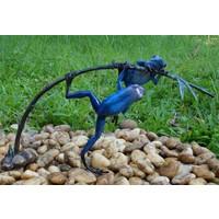 Bronzen beeld twee blauwe kikker aan een twijg