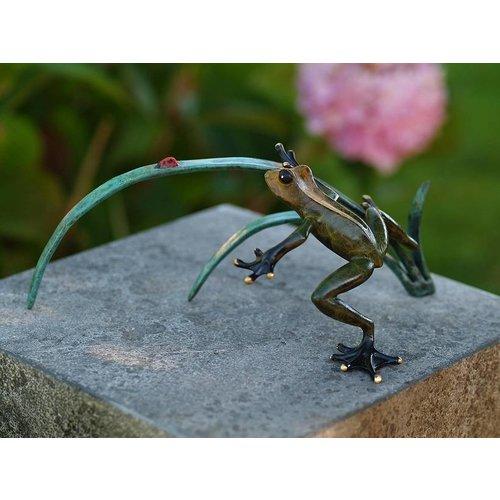 Eliassen Beeld brons kikker en lieveheersbeestje op tak