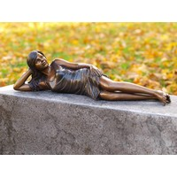 Beeld brons liggend meisje