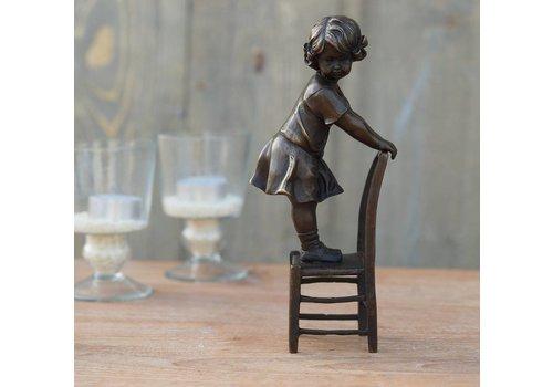 Beeld brons meisje staand op stoel