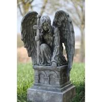 Tuinbeeld knielende engel op sokkel