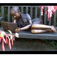 Beeld brons liggend lezend meisje