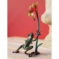 Beeld brons kikker bij bloem
