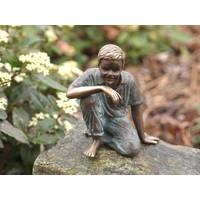 Beeld brons zittende jongen