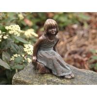 Beeld brons zittend meisje