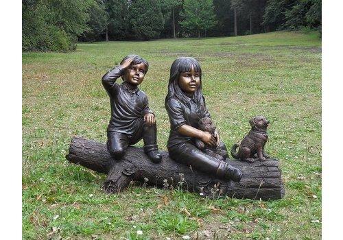 Beeld brons meisje en jongen op boomstam klein