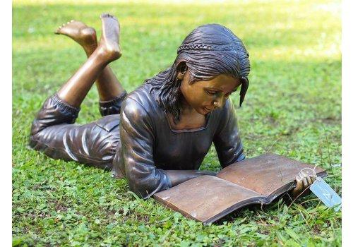 Beeld brons liggend meisje met boek