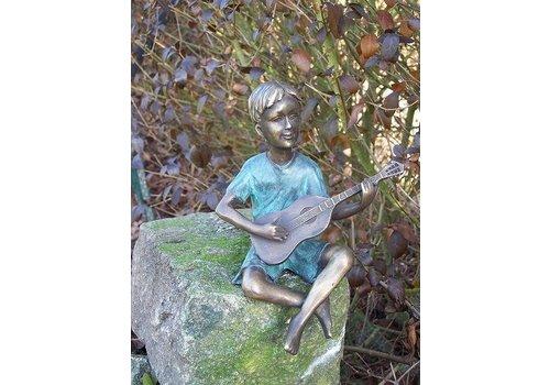 Beeld brons jongen met gitaar