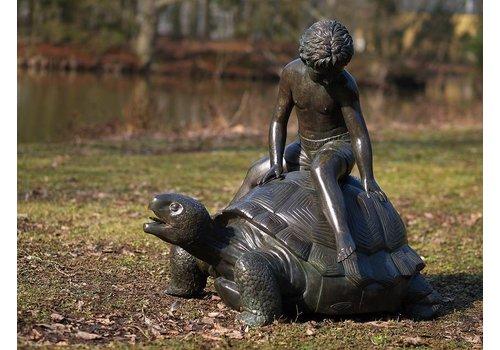 Beeld brons jongen op schildpad