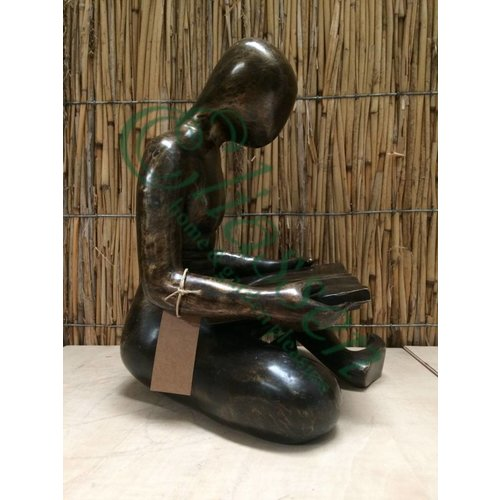 Bronzen lezende man