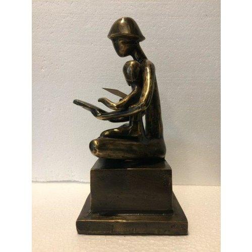 bronzen moeder en kind met boek