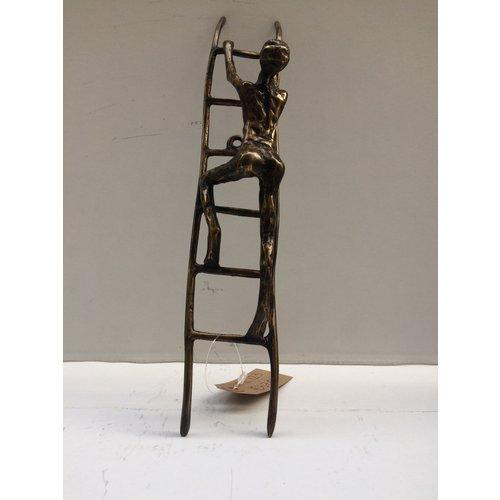 Bronzen man op ladder 1