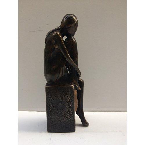 Bronzen meisje op blok 2