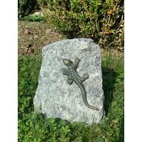 Granietblok met bronzen salamander