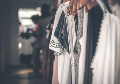 Opgeruimde kledingkast staat netjes