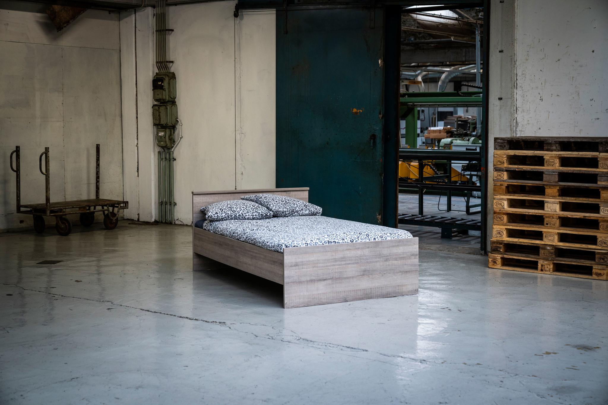 BEUK Bedframe 140x220 cm - Incl. Middenbalk - Donker Grijs Hout - Bavel