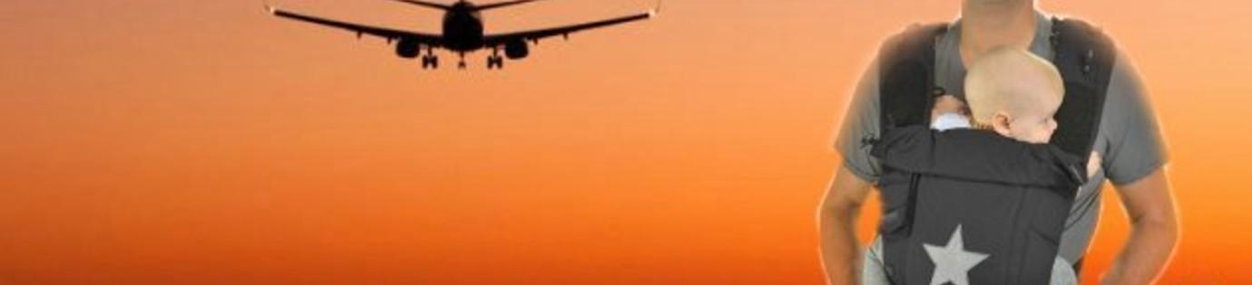 Babydragen op het vliegveld en in het vliegtuig.
