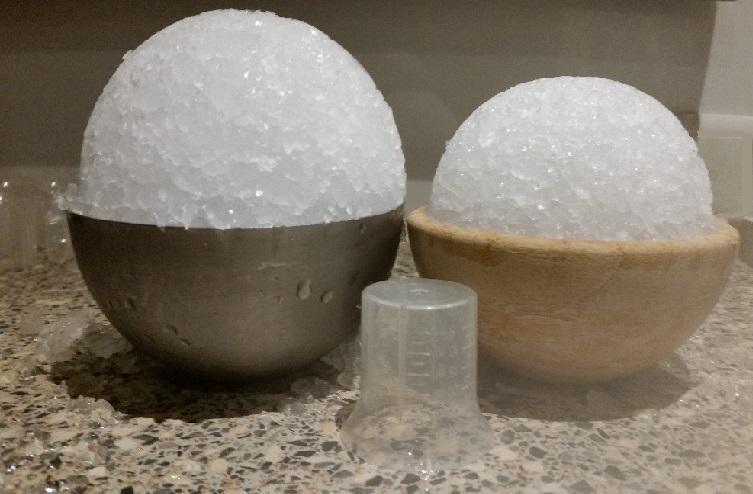 Grote en kleine ijsbal voor opgieten in de sauna