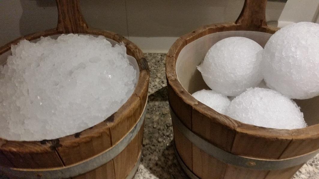 IJsballen met sauna opgiet concentraat in de saunaemmer