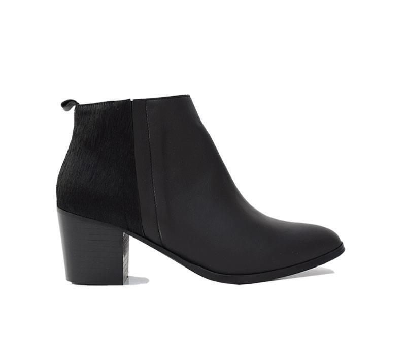 Black Ankleboot Elin with ponyhair detail