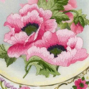 RIOLIS Borduurpakket Plate with Pink Poppies - Satin Stitch - RIOLIS