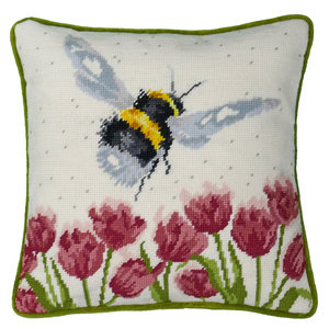 Bothy Threads Petit Point Borduurpakket Hannah Dale - Flight of the bumble bee Tapestry