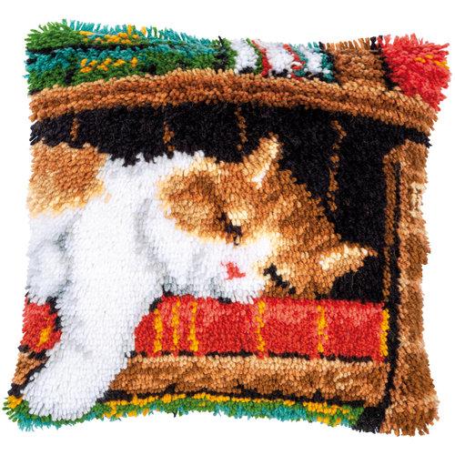 Vervaco Knoopkussen kit Slapende kat op boekenrek