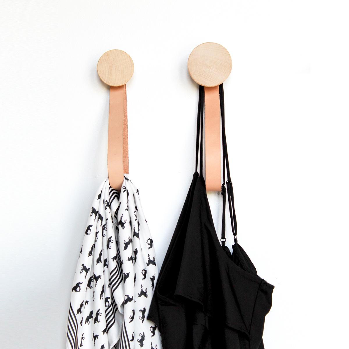 Ronde beukenhouten wandhaak met lederen lus set/2