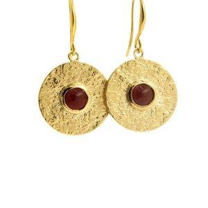 LILLY LILLY Oorbellen | Tumbled Charm Stone Round Gold | Garnet | 18 Karaats