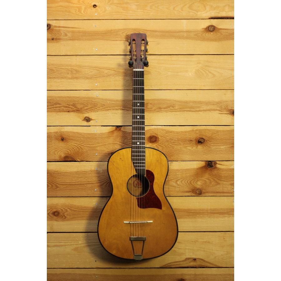 Handgebouwde Parlor gitaar 'Lignatone' uit Slovakije