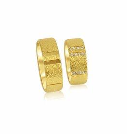 18kt geel goud trouwringen met zand-mat en glanzend afwerking met 0.10 ct diamanten