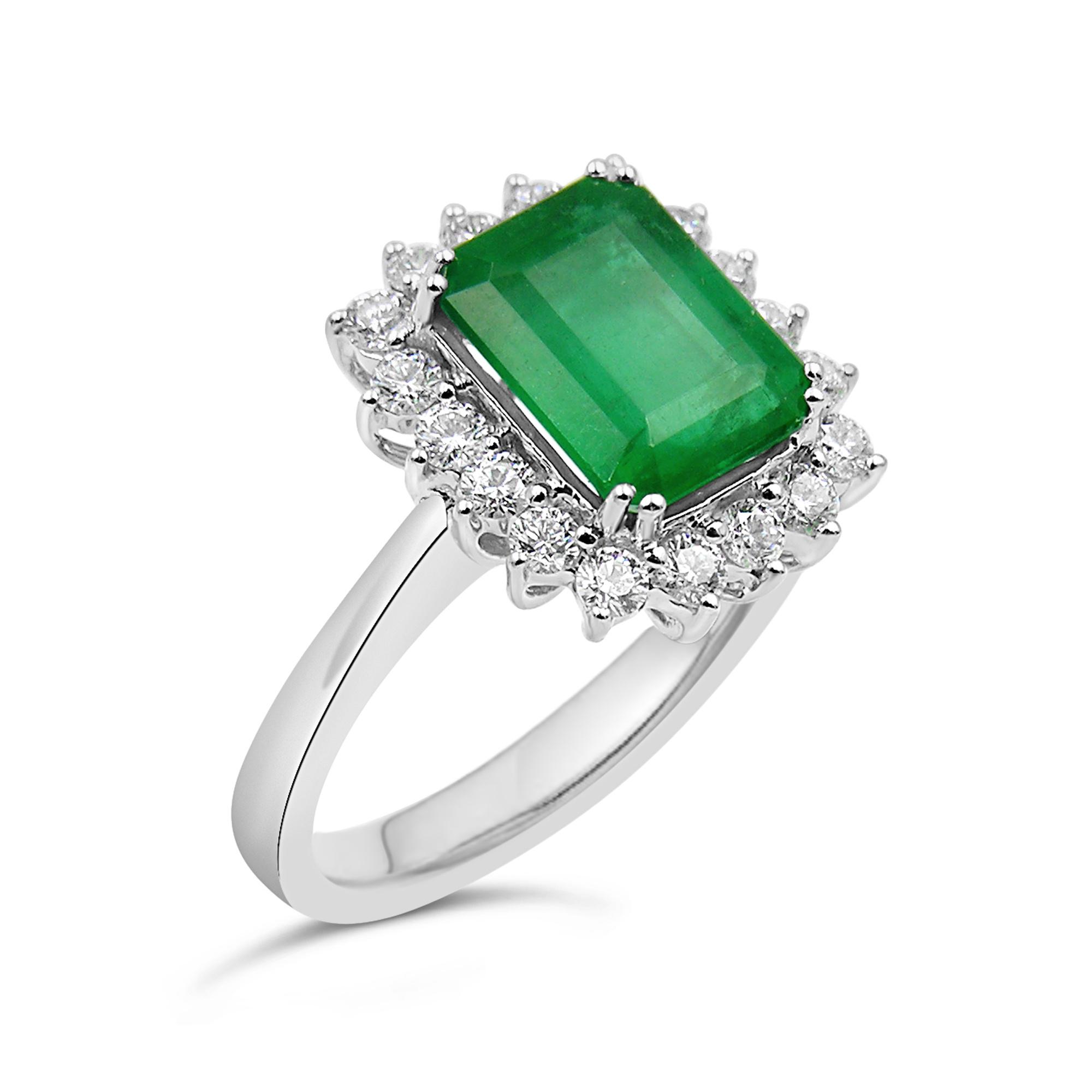 18 karaat wit goud ring met 0.42 ct diamanten & 4.80 ct smaragd