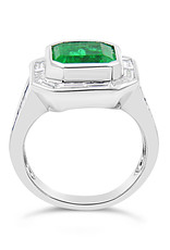 18 karaat wit goud ring met 1.36 ct diamanten & 4.60 ct smaragd