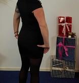 Korte zwarte jurk met opengewerkte ruit hals