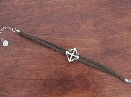 Noore armbandje zilver kruis en bruin leren bandje