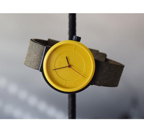 Circular Clockworks Een circulair dameshorloge met geel/zwarte kast en een zwarte band van Circular Clockworks