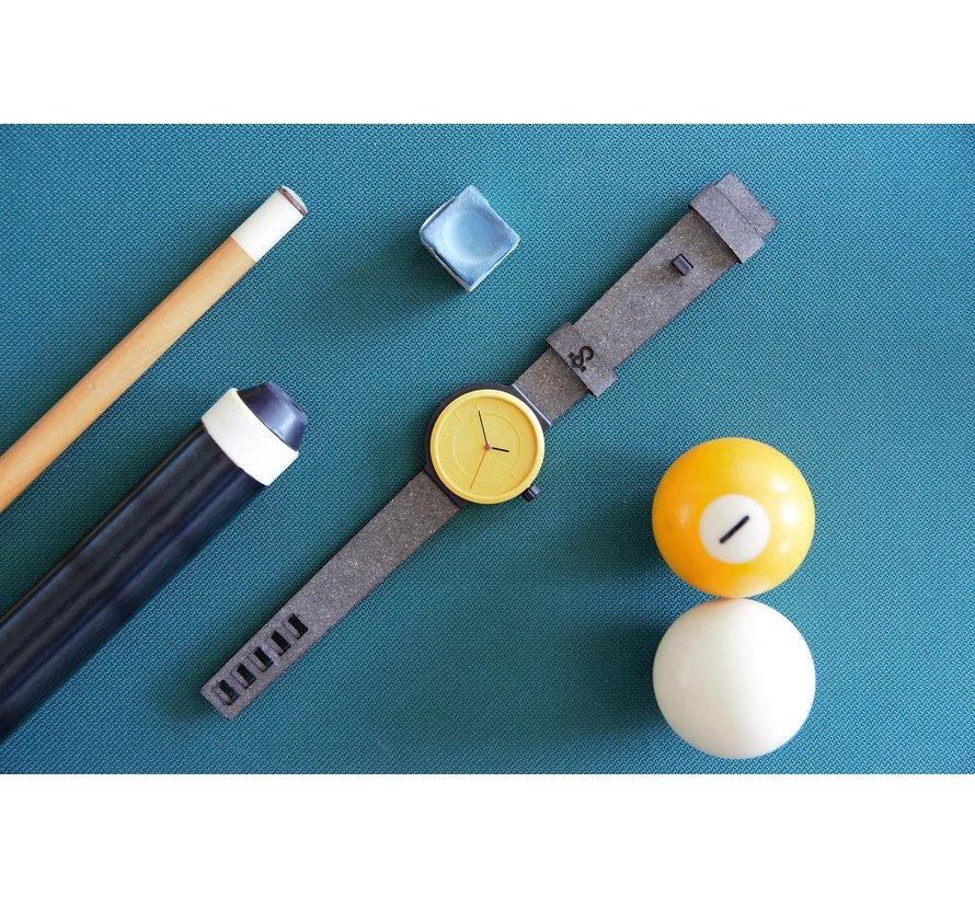 Een circulair dameshorloge met geel/zwarte kast en een beige  band van Circular Clockworks