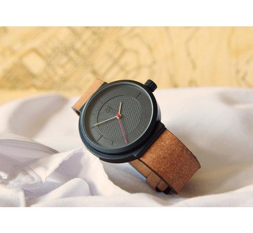 Circular Clockworks Een circulair dameshorloge met zwarte kast en een beige band van Circular Clockworks