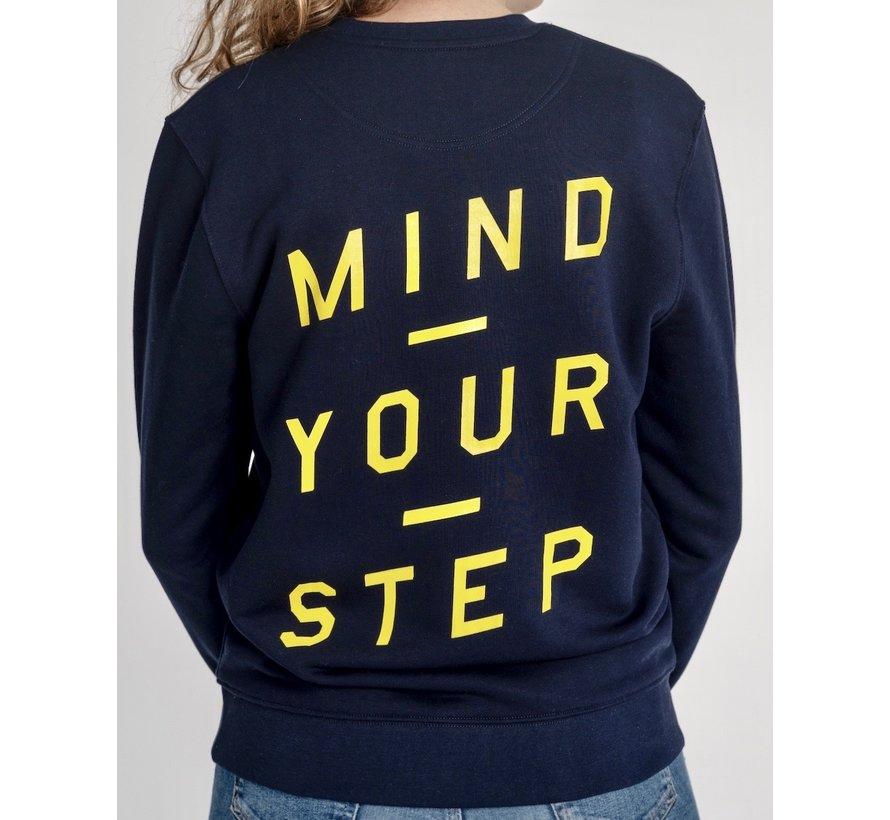 """Chicken or Pasta Sweater met print op de rug """"Mind Your Step"""" - Navy en Geel"""