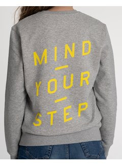 Chicken or Pasta Sweater Mind your Step - Grijs en Gele Opdruk