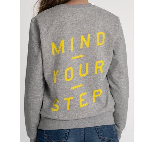 """Chicken or Pasta Chicken or Pasta Sweater met print op de rug """"Mind Your Step"""" - Grijs en Geel"""