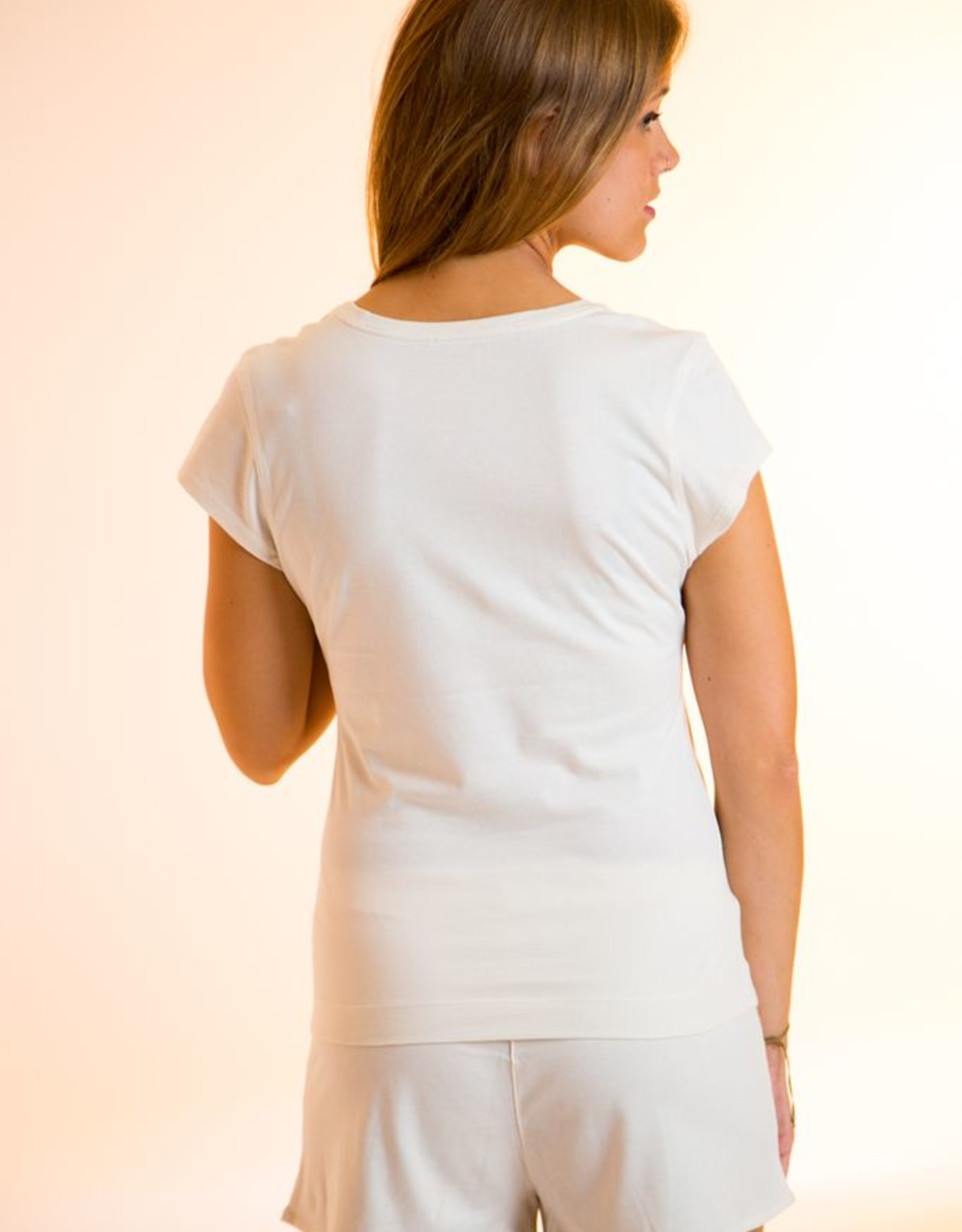 Shirt for women with round neck and short sleeves.