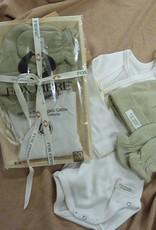 Pack con body y conjunto de gorro y manopla.