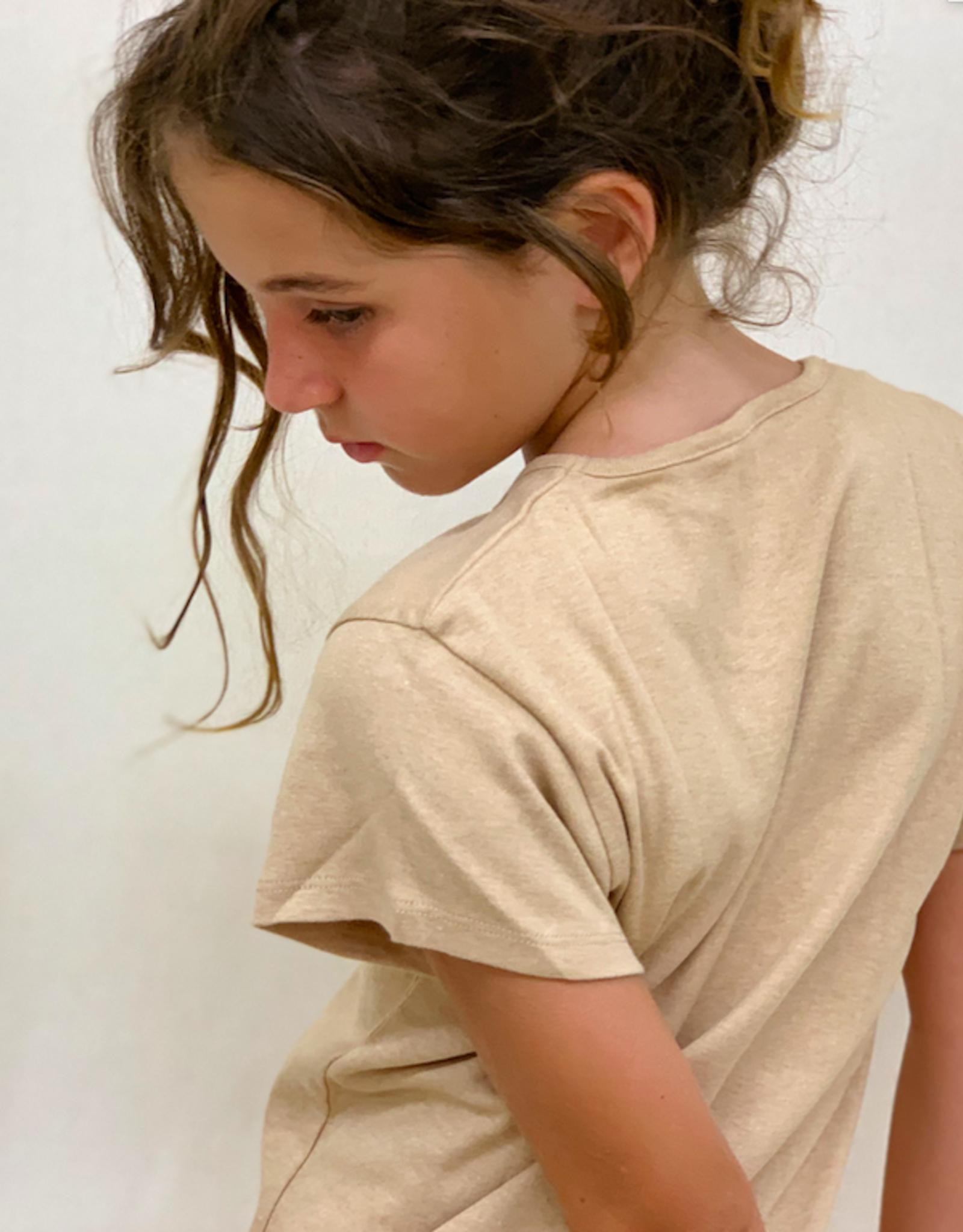 Camiseta junior con cuello redondo y manga corta. Tallas 8, 10, 12 años.