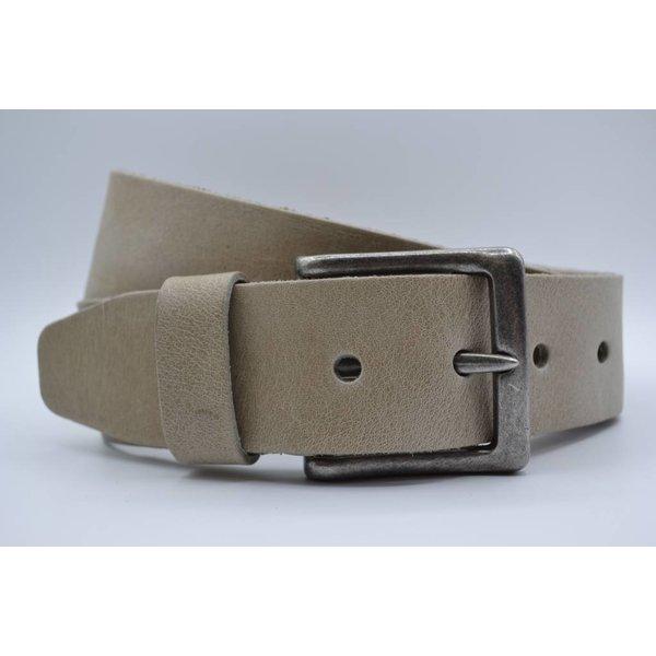 Scotts Bluf 45mm brede Scottsbluf riem gemaakt van volnerf Italiaans leer. Afgewerkt met een nikkelvrije gunmetal gesp.